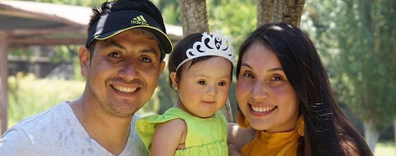 Isidora con sus papás