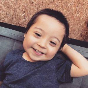 @tomas_up21 niño consíndrome de Down sonriendo