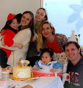 Elena celebrando su cumpleaños con su familia