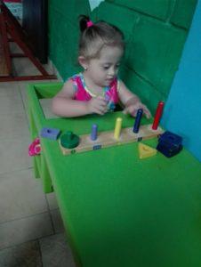 Sabdy jugando con figuras geométricas