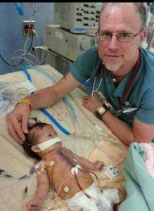 Sabdy con su cardiologo después de operación