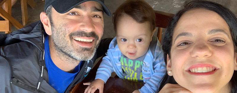 Sebastián con sus papás