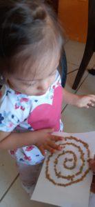 Emma de @zaidecin haciendo manualidades