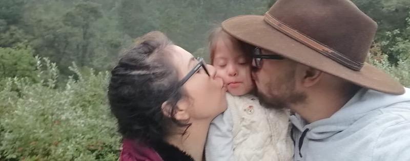 Emma con sus papás
