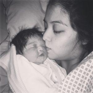 Lucy recién nacida con su mamá