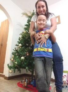 Sebastián con su mamá