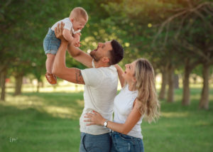 Camilo en el parque con sus papás