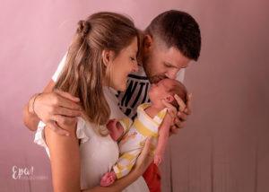 Camilo recién nacido con sus papás