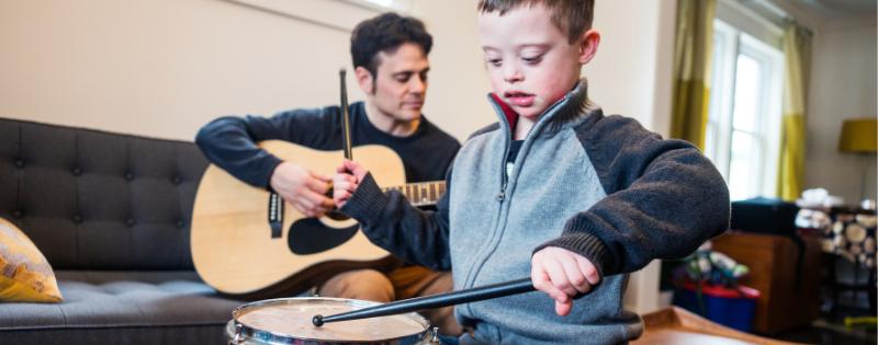 niño con síndrome de down en musicoterapia