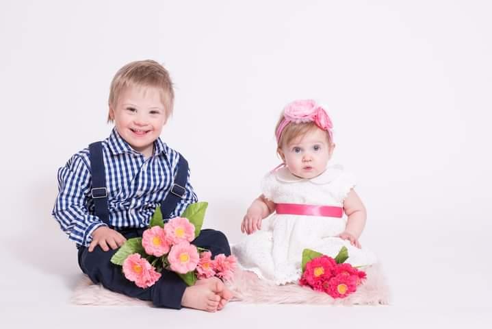 Valen con síndrome de Down  y su hermana