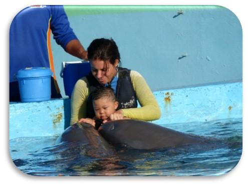David, bebé con síndrome de Down en delfinoterapia