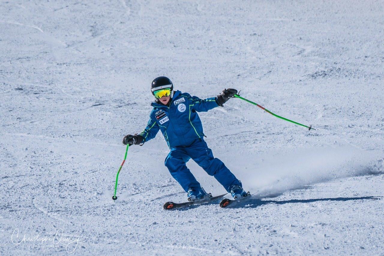 Lucas joven con síndrome de Down esquiando en nieve