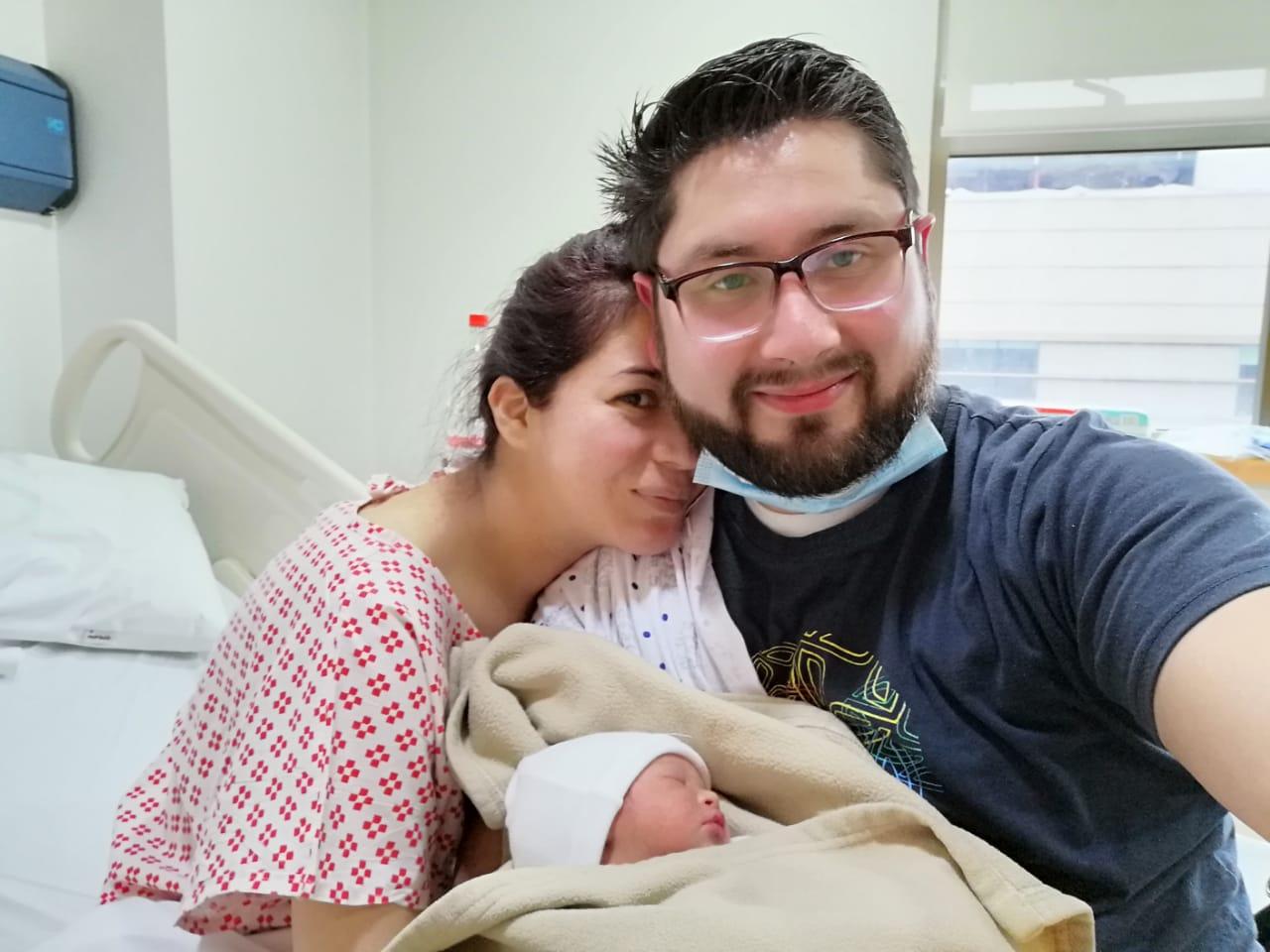 Dante bebé recien nacido con síndrome de Down y sus padres