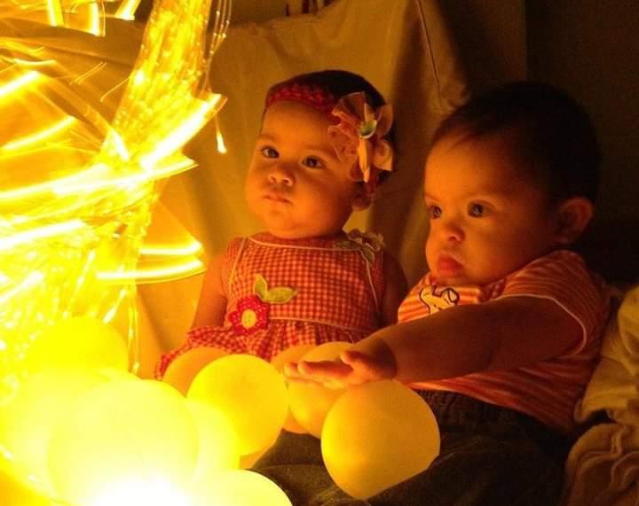 bebés en una Sala Snoezelen viendo luces